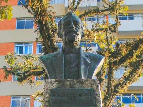 Barão Do Serro Azul, Na Praça Miguel Couto