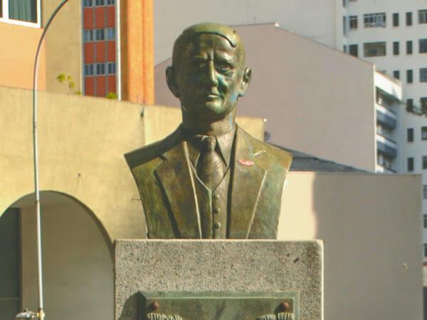 Alfredo Romário Martins, Na Praça Santos Dumont