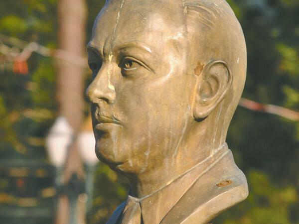 Bento Munhoz Da Rocha Neto, Na Praça Nossa Senhora Da Salete