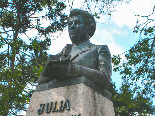 Júlia Wanderley, Na Praça Santos Andrade
