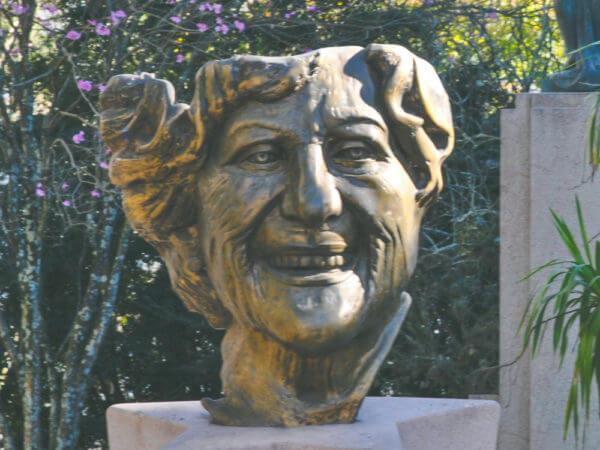 Lala Schneider, Na Praça Santos Andrade