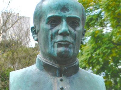Padre Ildefonso Xavier Ferreira, Na Praça Santos Andrade