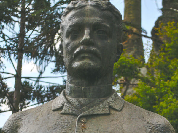 Santos Andrade, Na Praça Santos Andrade